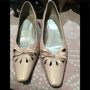 Womans heels by naturalizer size 9.5